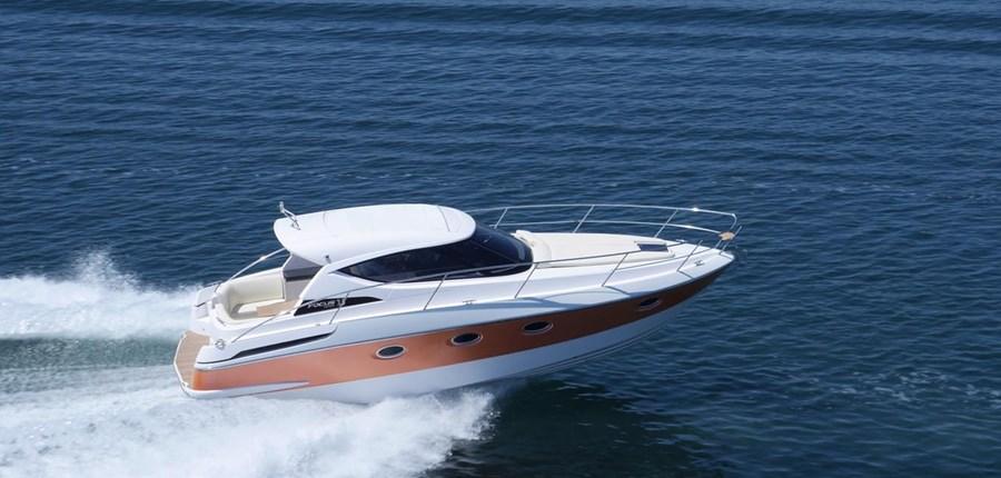 Focus Power 33 Hardtop ID4360 - Motor yacht in marina