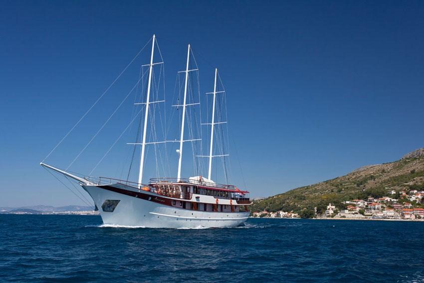 Motor-sailer Amorena for charter in Split
